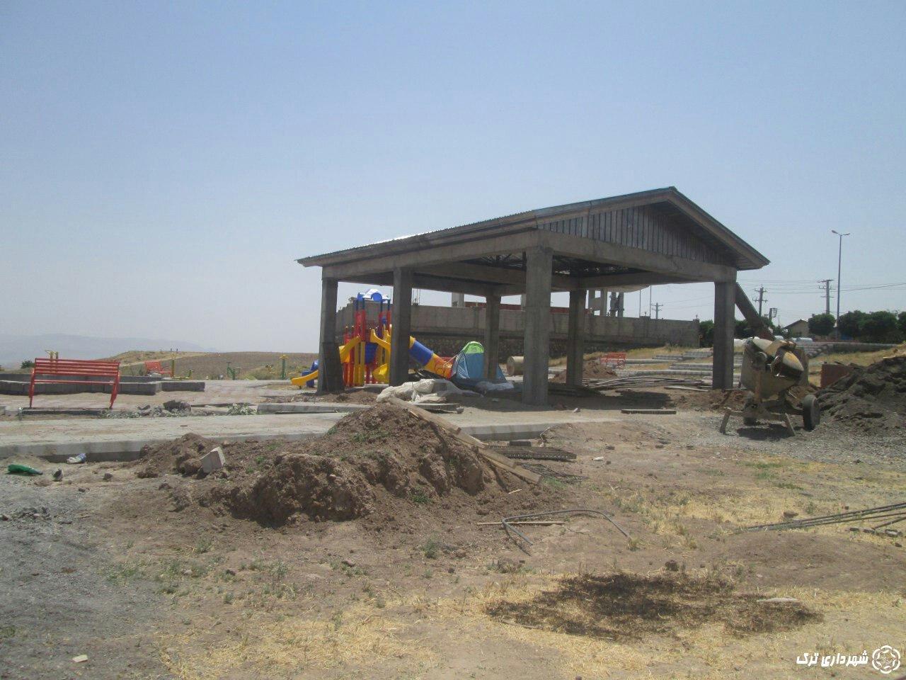 ادامه مراحل احداث نمازخانه و  سرویس بهداشتی و  نصب وسایل بازی در پارک