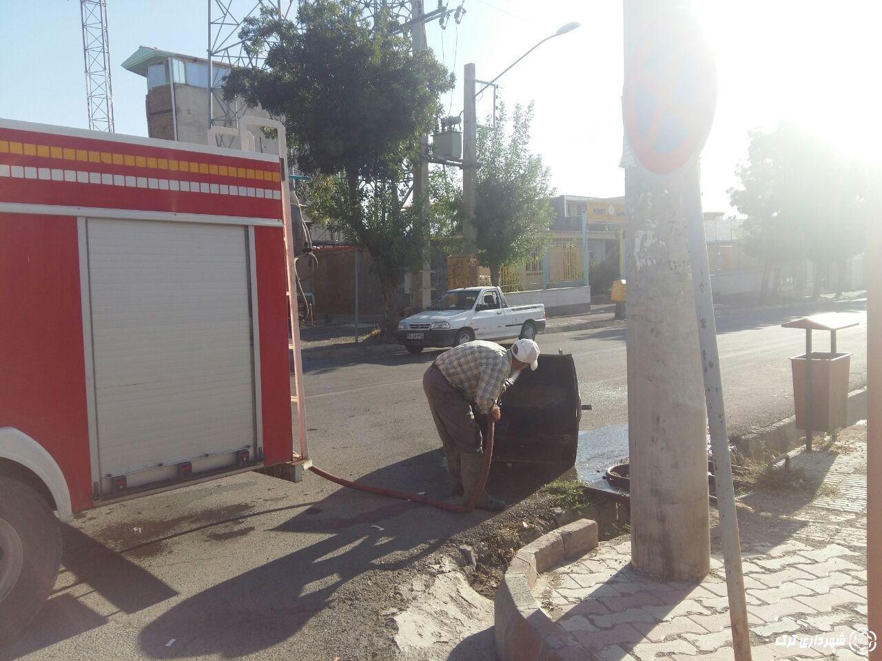شستشوی سطل های زباله در سطح شهر توسط بخش خدمات شهری